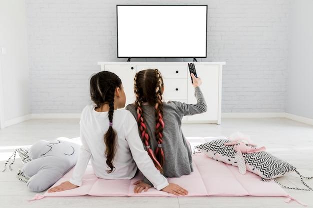 Filles devant la télé