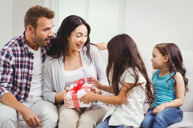Filles donnant un cadeau à ses parents