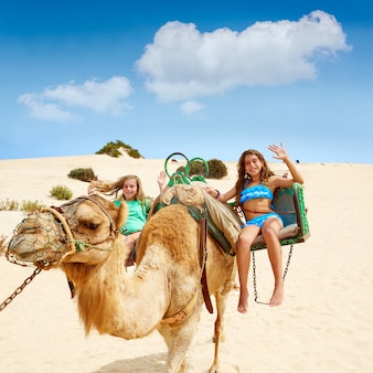 Filles à dos de chameau dans les îles canaries
