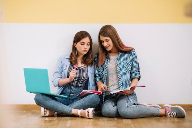 Des filles dynamiques travaillant sur un projet