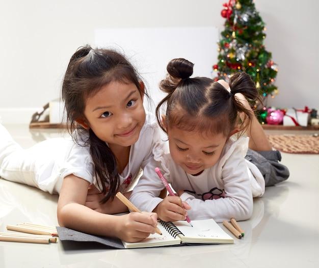 Les filles écrivent des voeux pour le père noël