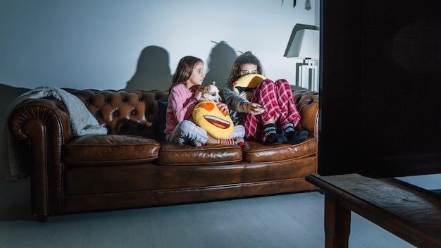 Filles effrayées en regardant un film
