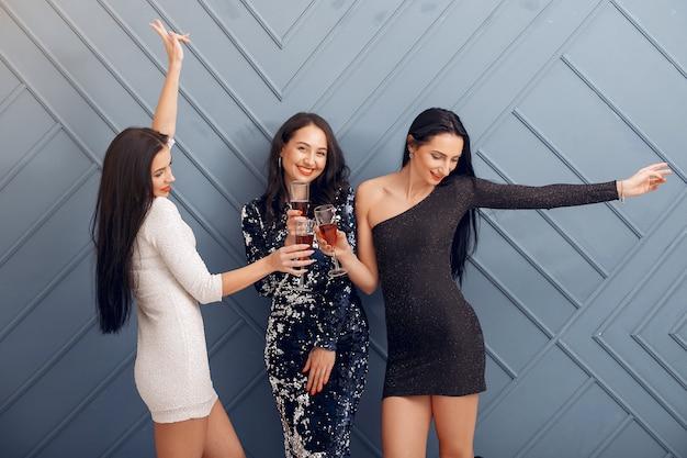 Des filles élégantes célèbrent en studio