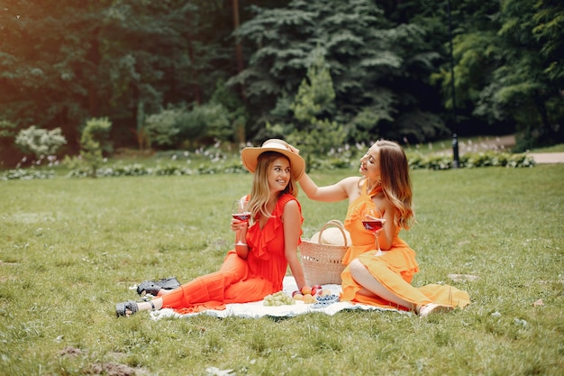 Filles élégantes et élégantes dans un parc d'été