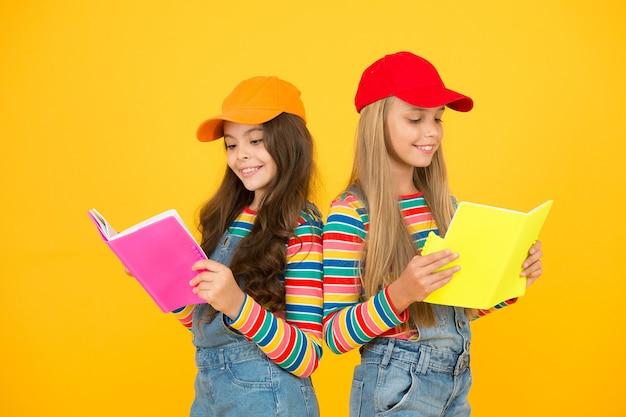 Les filles des enfants avec des livres étudient ensemble. retour à l'école. apprendre des langues étrangères. des groupes d'étude efficaces aident les étudiants à approfondir la matière. le groupe d'étude peut aider à solidifier et à clarifier le matériel.