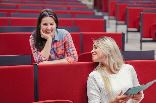 Filles étudiant rire pendant la pause