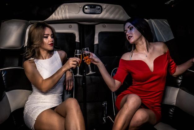 Filles faisant la fête dans une limousine