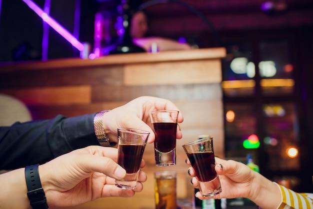 Filles faisant des toasts avec des coups de tequila