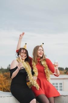Filles fête sur le toit