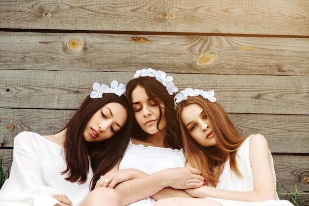 Les filles avec des fleurs tiare