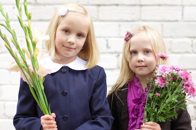 Filles avec des fleurs