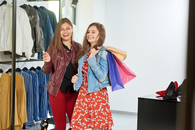Les filles font du shopping au centre commercial