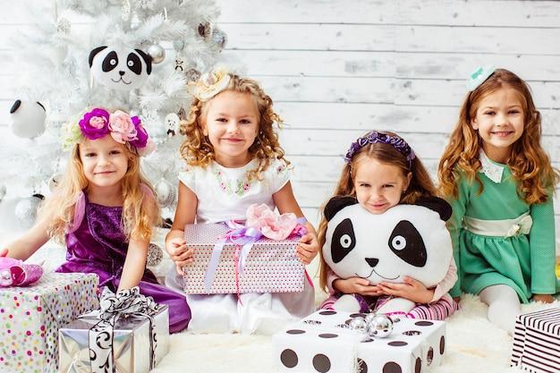 Les filles habillées comme des princesses célébrant une fête