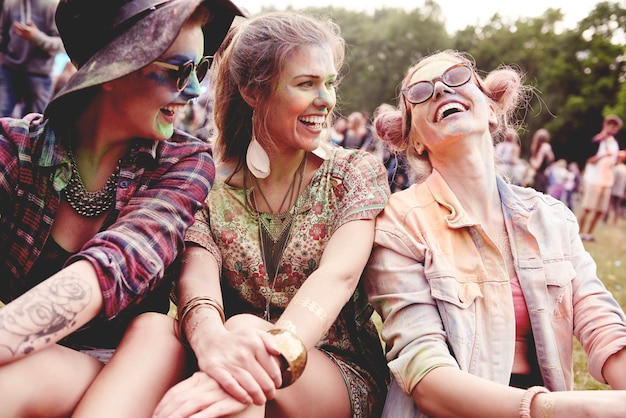 Filles heureuses au festival d'été