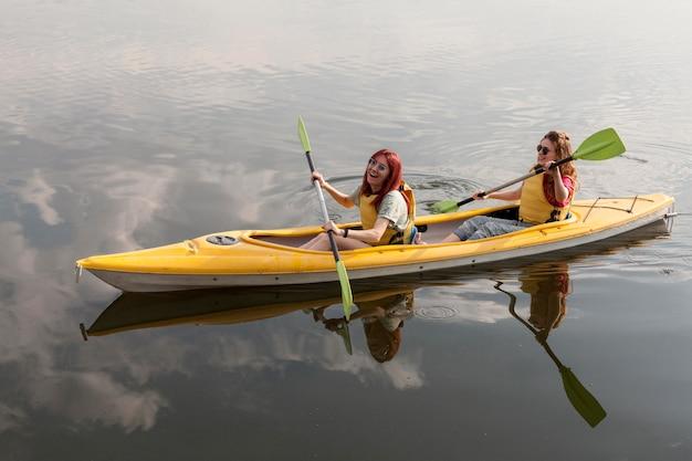 Filles heureuses aviron en kayak