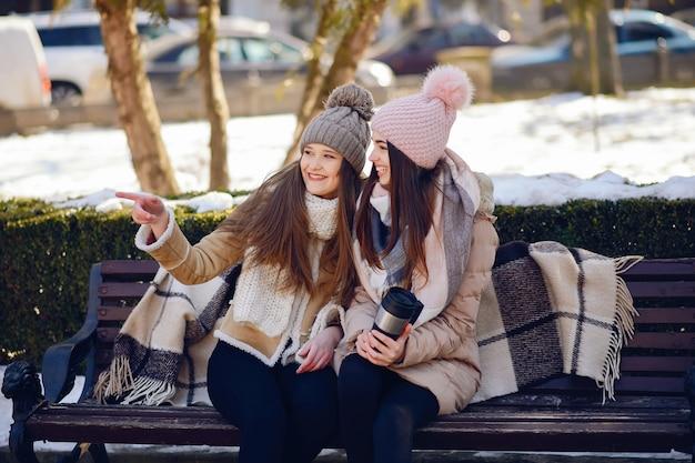 Filles heureux dans une ville d'hiver