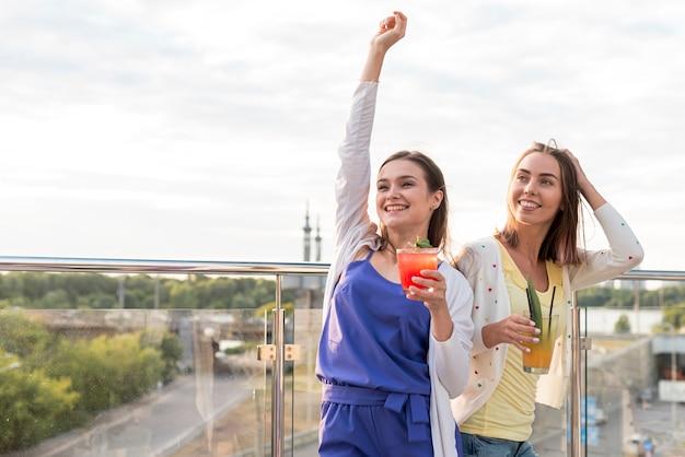 Filles heureux à une fête sur la terrasse