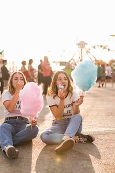 Filles heureux s'amuser dans le parc d'attractions