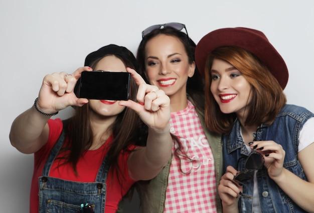 Filles de hipster meilleurs amis prenant selfie