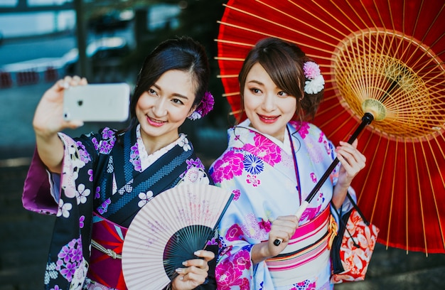 Filles japonaises portant des vêtements traditionnels kimonos, moments de vie