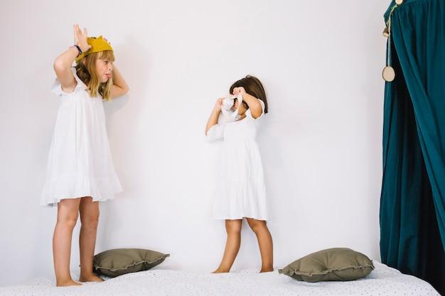 Filles jouant au photographe et à la princesse