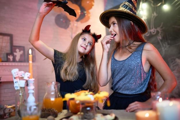 Filles jouant pendant la fête d'halloween