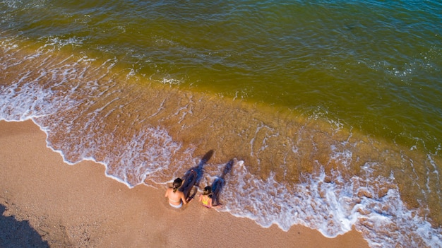 Les filles jouent au bord de la mer