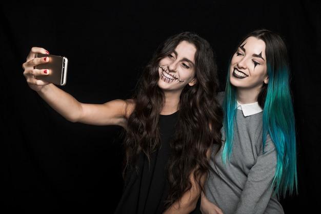 Filles joyeuses prenant selfie