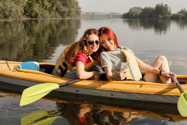 Filles en kayak prenant selfie