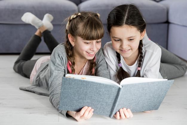 Filles lisant