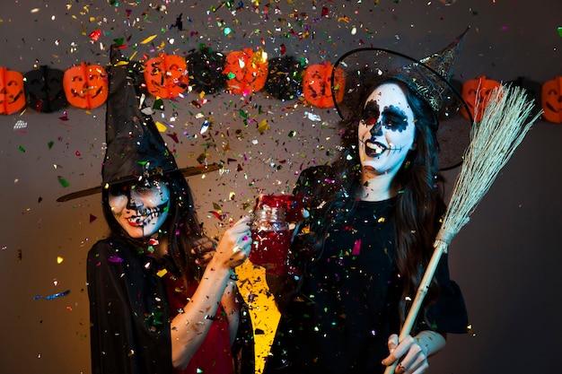 Filles lors d'une fête d'halloween avec confettis