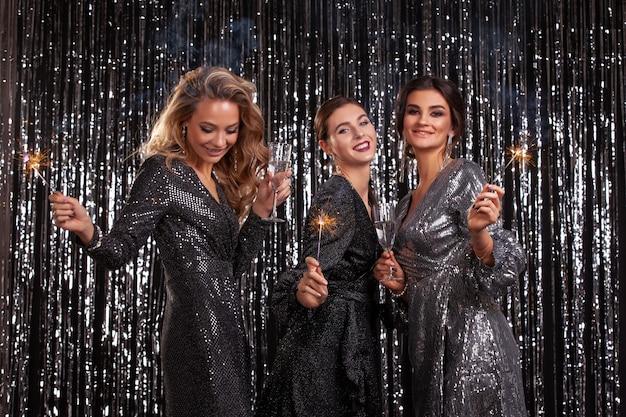 Les filles lors d'une fête. stars d'hollywood. célébrer.