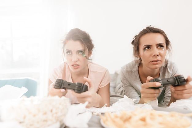 Les filles lugubres jouent sur la console.