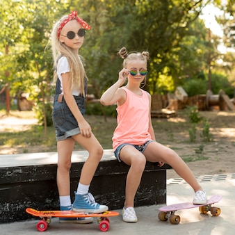 Filles avec des lunettes de soleil dans le parc