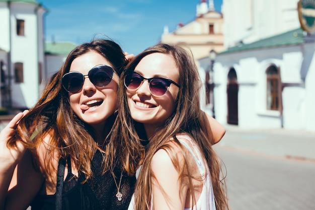 Les filles avec des lunettes de soleil souriant