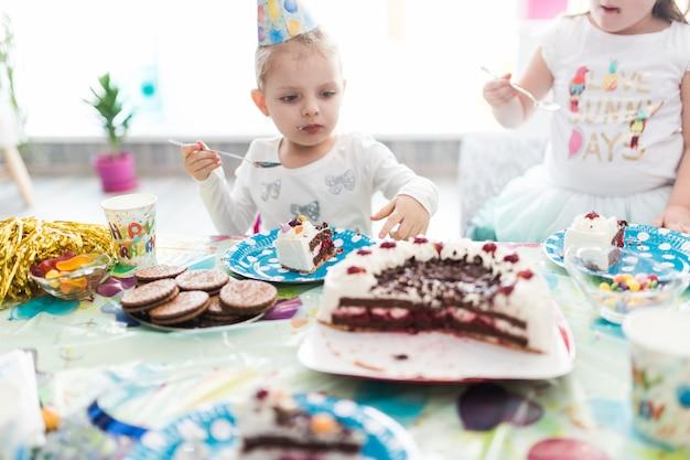 Filles, manger, gâteau, fête anniversaire