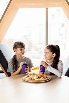 Filles, manger pizza
