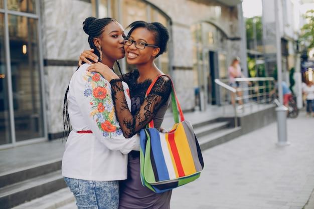 Des filles marchent dans les rues de la ville