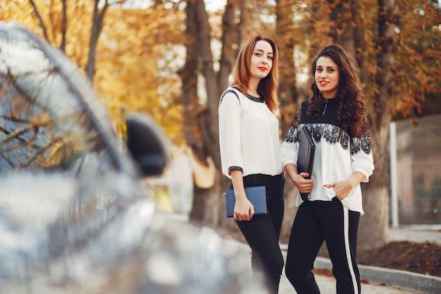 Les filles marchent dans les rues de la ville