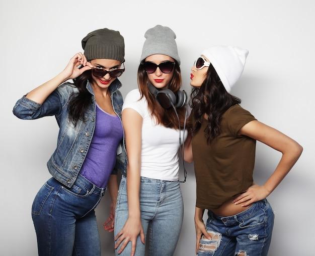 Filles meilleures amies hipster prêtes pour la fête