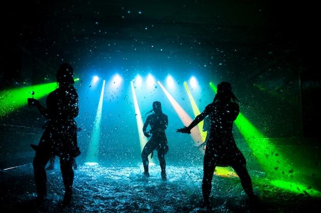 Filles de mode dansant sur l'eau