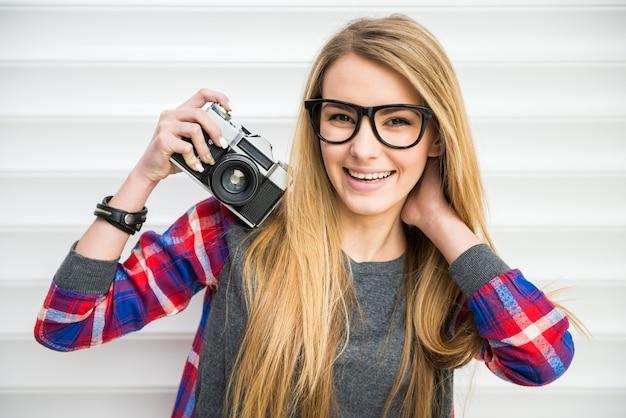 Filles de mode gros plan face à des lunettes.