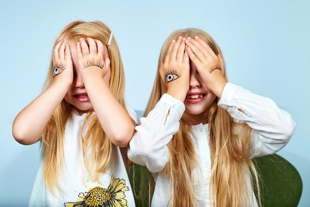 Les filles ont fermé les yeux avec leurs mains et ont rêvé.