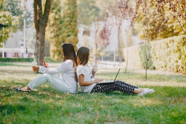 Les filles avec un ordinateur portable