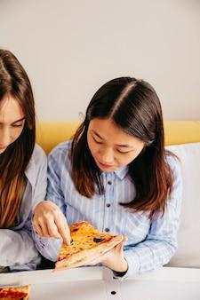 Les filles partagent une délicieuse pizza