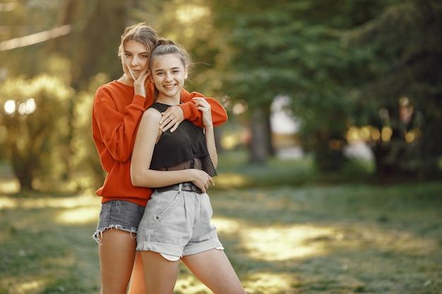 Les filles passent du temps dans un parc d'été