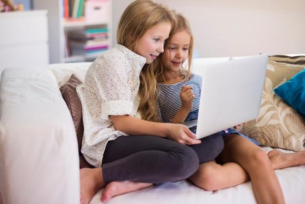 Ces filles peuvent très bien utiliser l'ordinateur portable