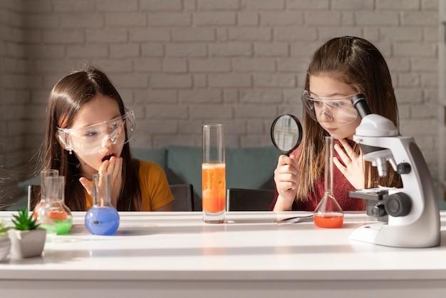 Filles de plan moyen apprenant la science