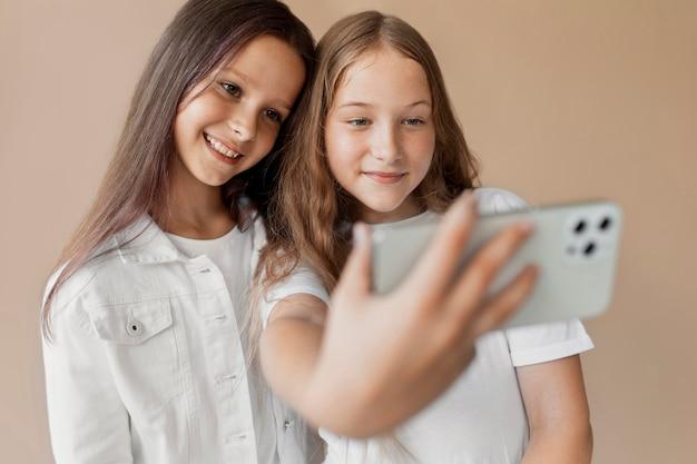 Filles à plan moyen prenant un selfie
