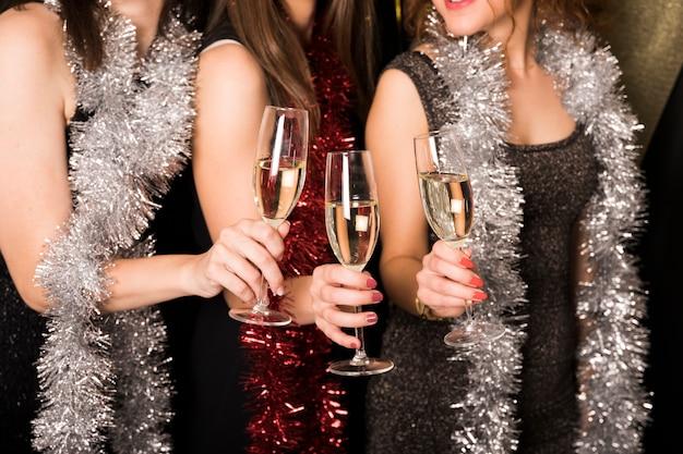 Filles portant un toast au champagne à la fête du nouvel an